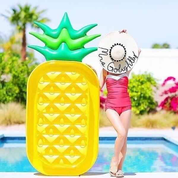 piscina-mulher-de-chapeu