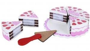 Bolo de chocolate repartido em seis fatias com morangos em formato de coração em cima. Acompanha uma espátula de bolo ao lado, todos em cima de uma base.