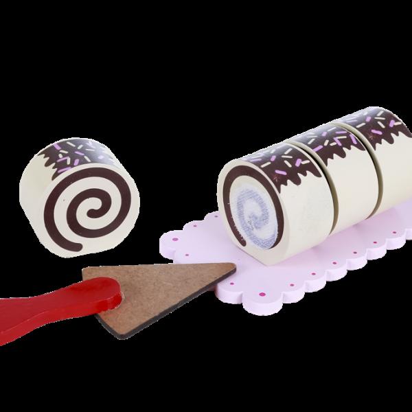 Imagem com um bolo em formato de rolo fatiado, com quatro fatias cobertas por chocolate e ao lado uma espátula de bolo. Ambos em cima de uma base.